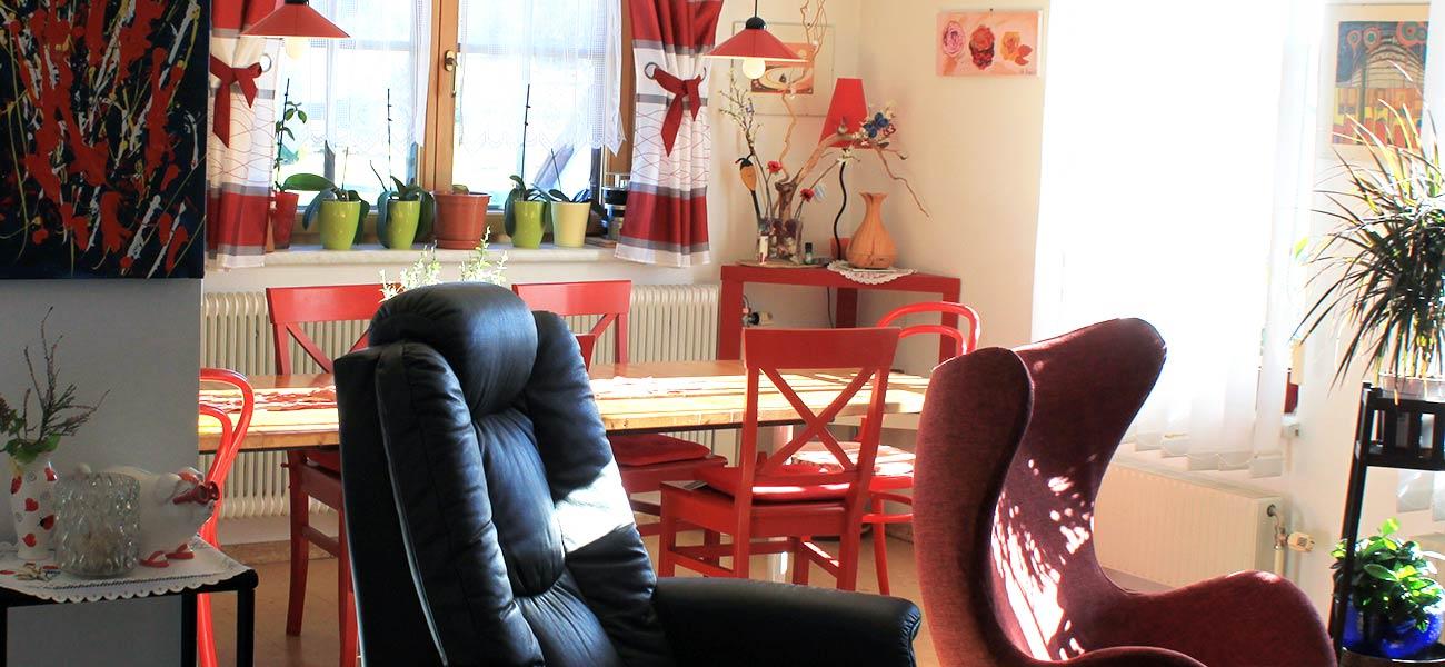 Haus Linda, Dort bei den roten Stühlen
